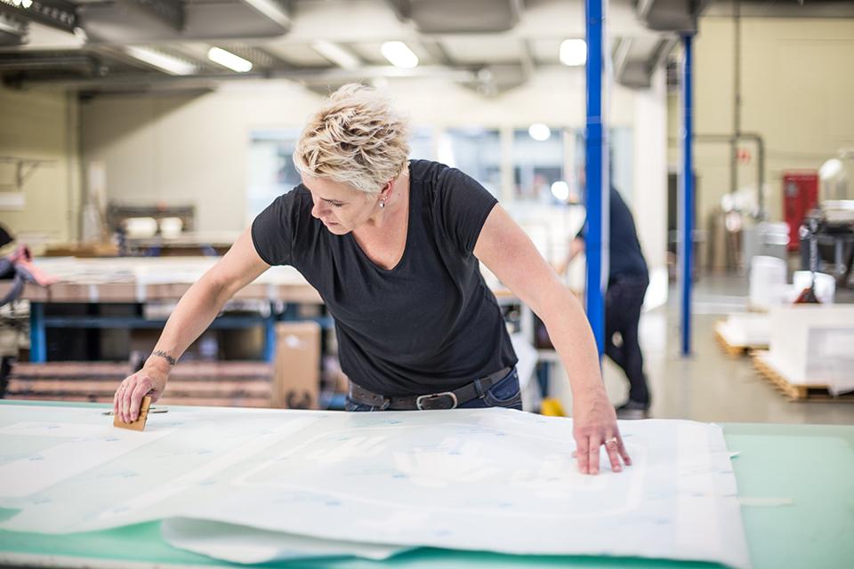 Vrouw die werkt aan het maken van een effectieve winkel route
