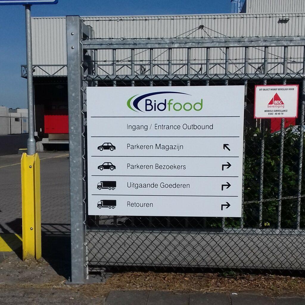 Portaalbord bij ingang terrein Bidfood