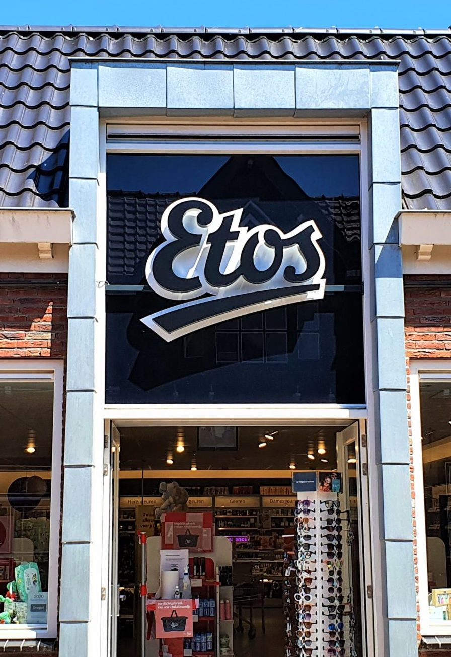 Vernieuwde gevelreclame ETOS Strijen