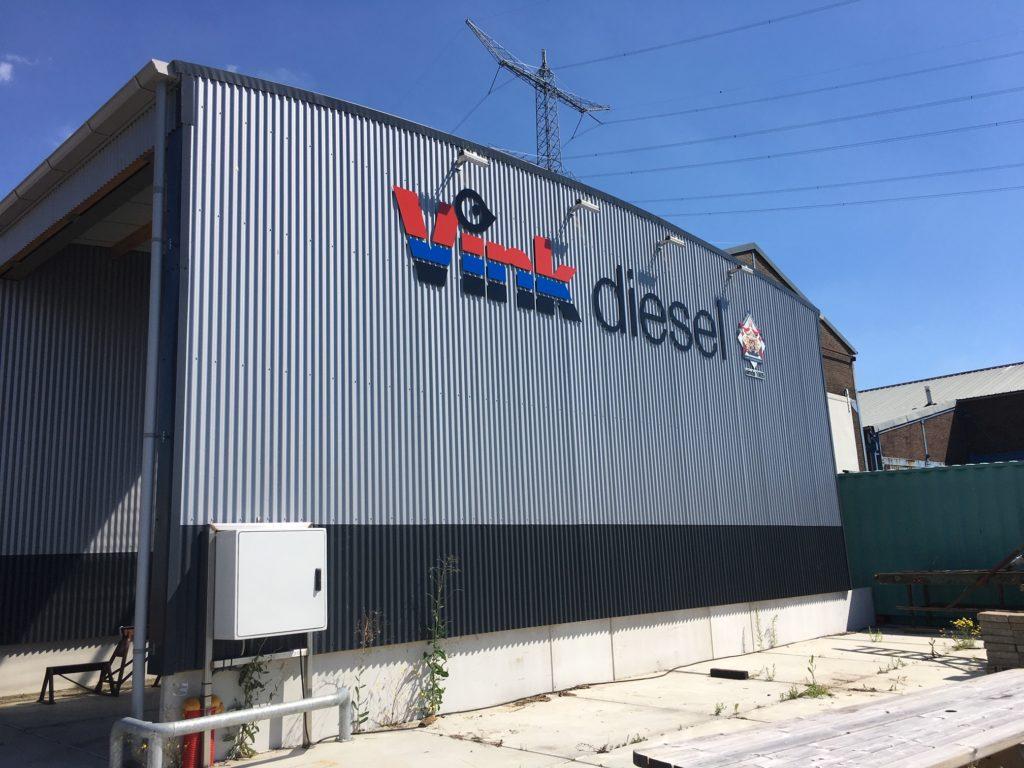 Indirect aangelichte gevelreclame voor Vink Diesel