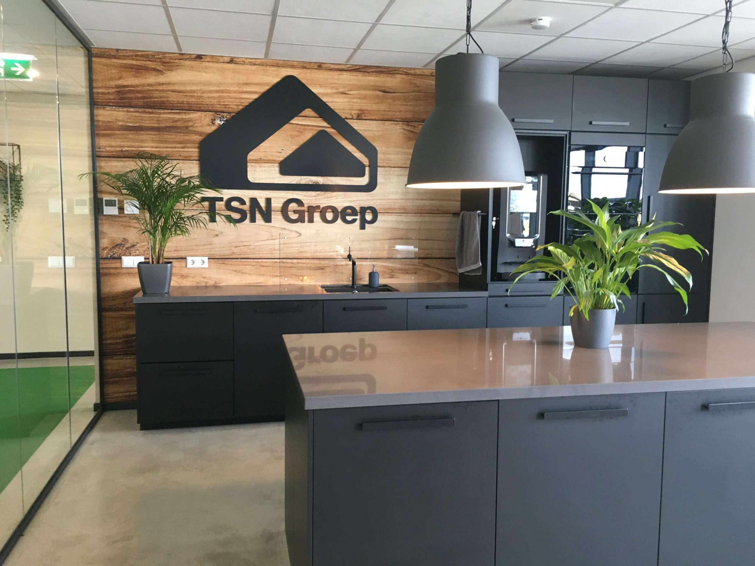 Keukenwand met uitgefreesd TSN Logo