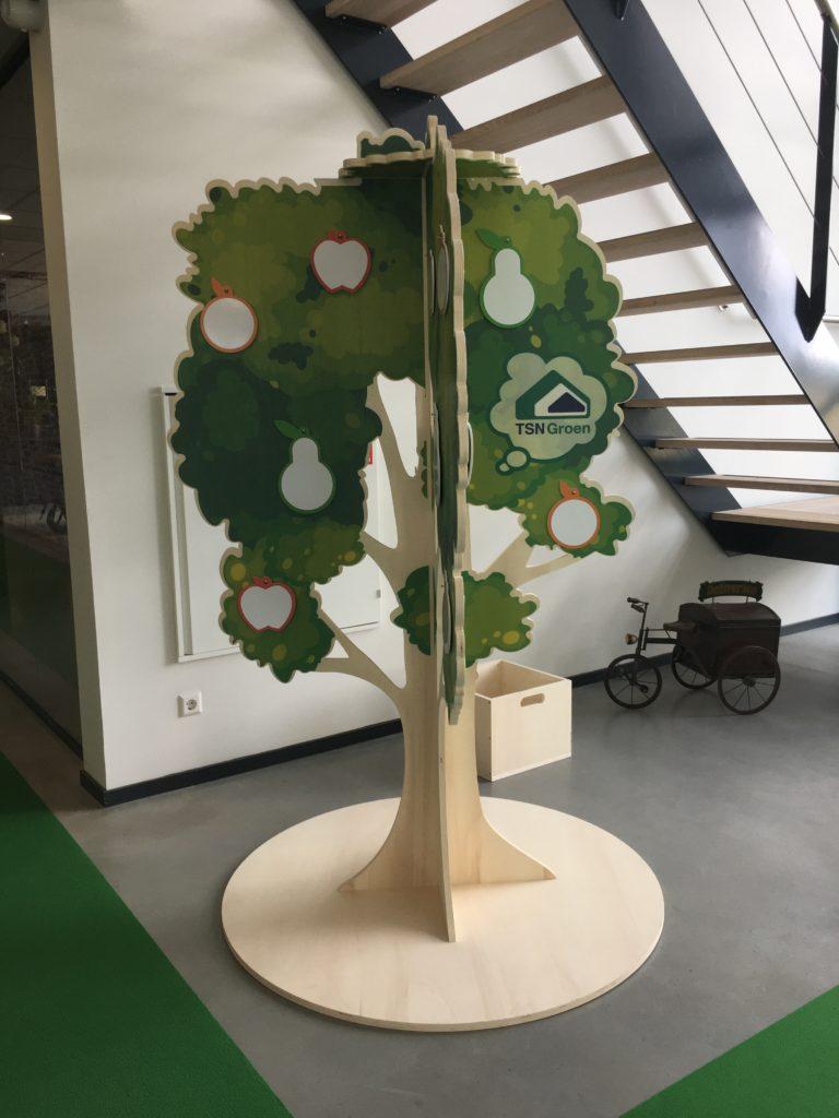 Vooraanzicht houten ideeënboom