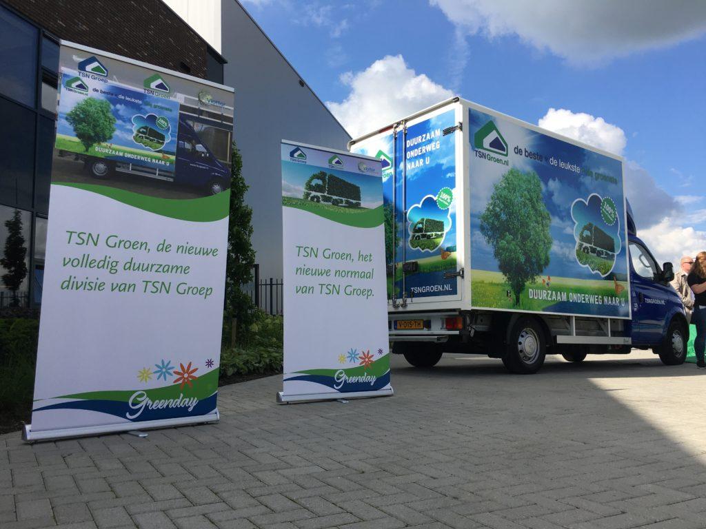 Belettering Elektrische bakwagen TSN groep en banners met opschriften van duurzame initiatieven