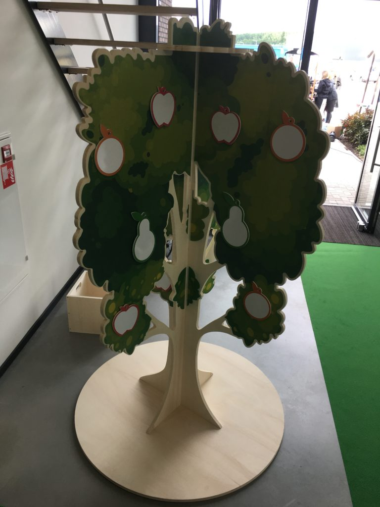 Totaal foto van houten display in de vorm van een boom