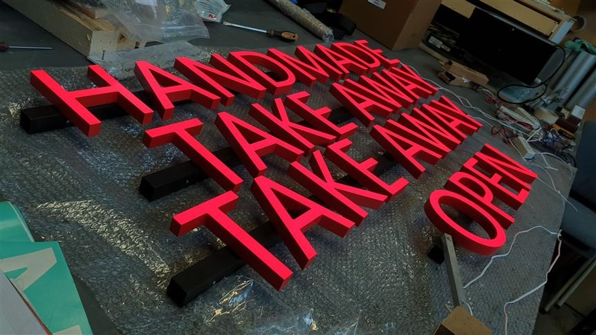 Productiefoto rode acrylaatletters