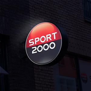 Haaks gemonteerde lichtbak tegen gevel Sport 2000