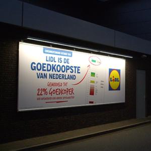 Aangelicht reclamebord aan buitenzijde van Lidl