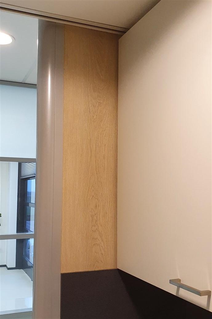 Close-up van interieurfolie met houtstructuur