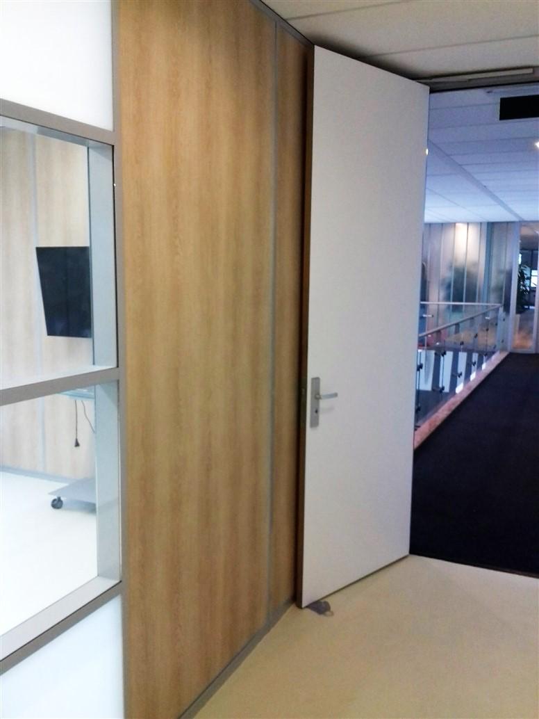 Interieurfolie met houtstructuur op muur naast doorgang