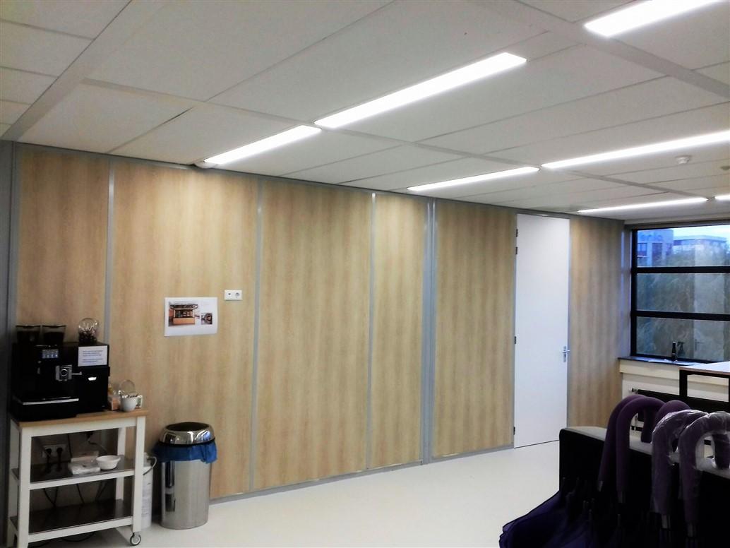 Interieurfolie met houtstructuur op wanden overlegruimte