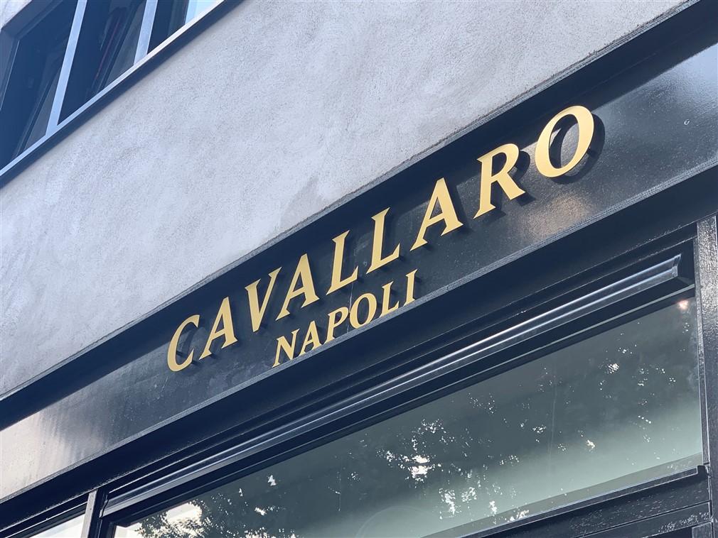 Freesletters op staanders op gevel Cavallaro Napoli