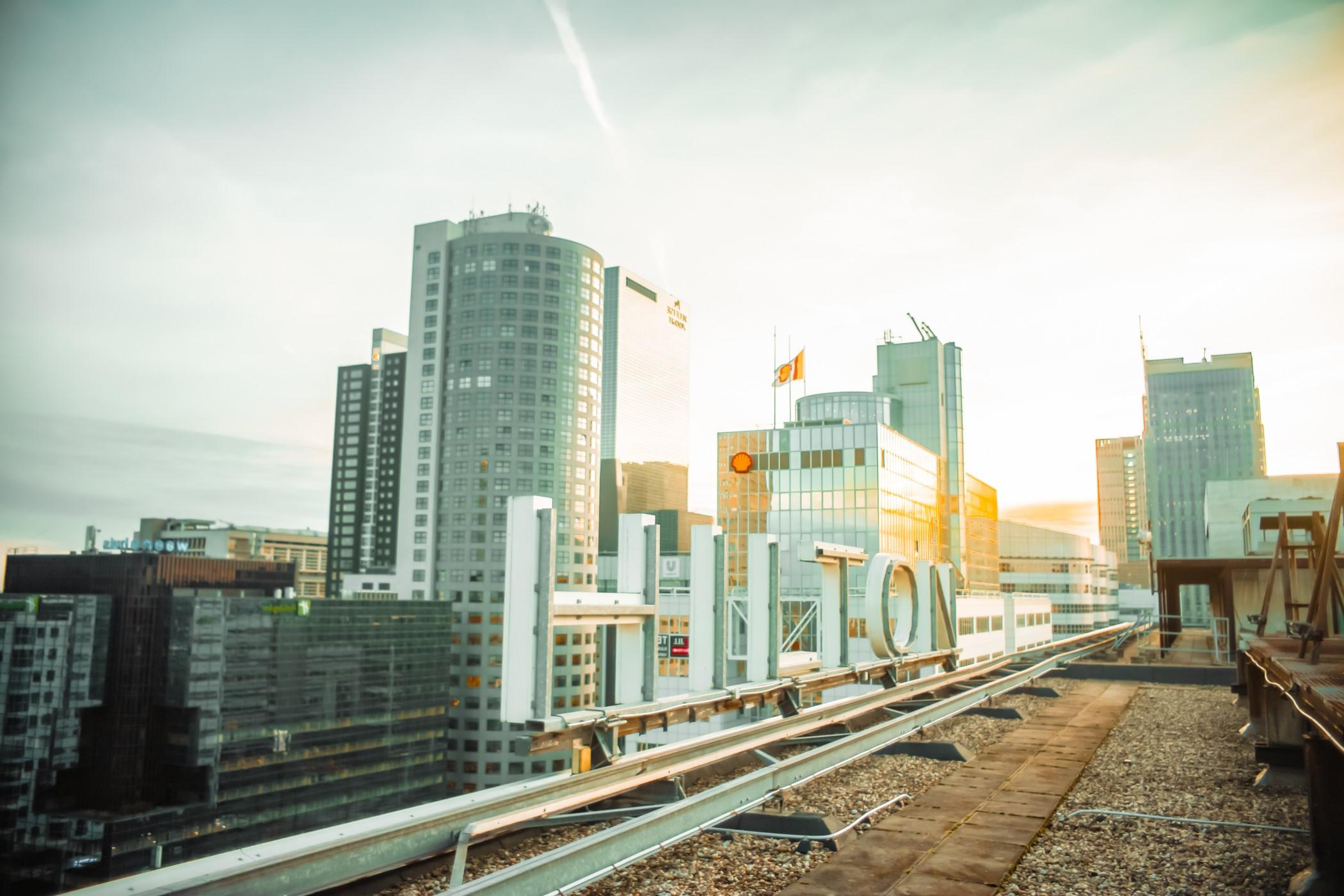 Cover foto met daarop gevelreclame van Hilton Hotel Rotterdam