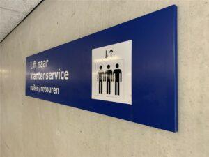 Blauw bord als aanduiding lift
