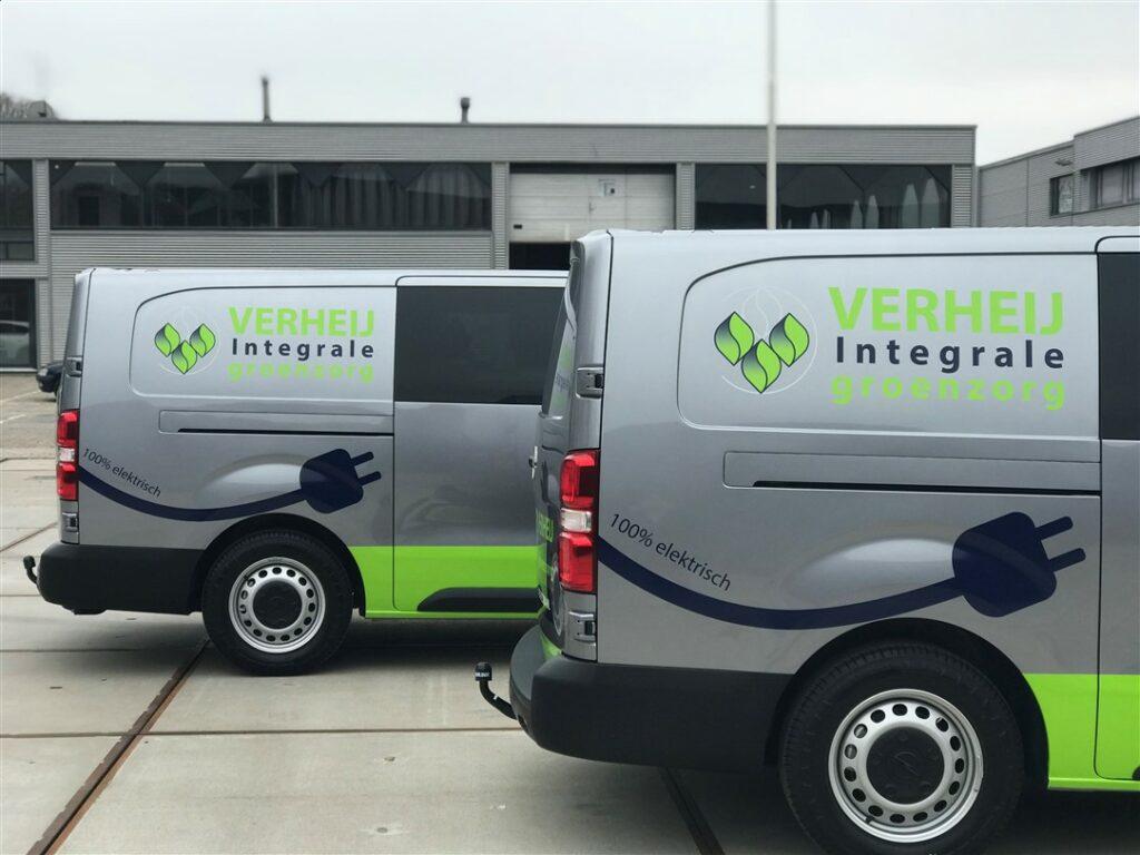 Twee elektrische voertuigen voorzien van autobelettering