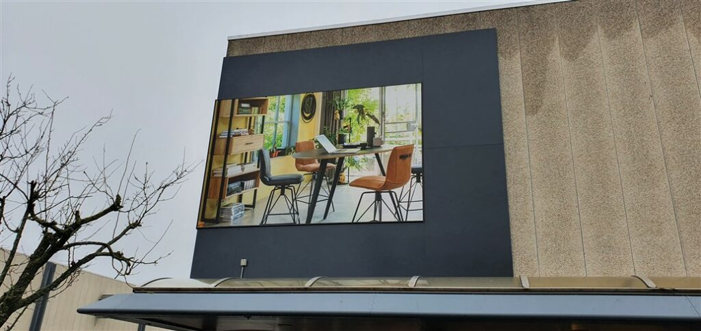 Close-up van vernieuwde gevelreclame afbeelding meubilair