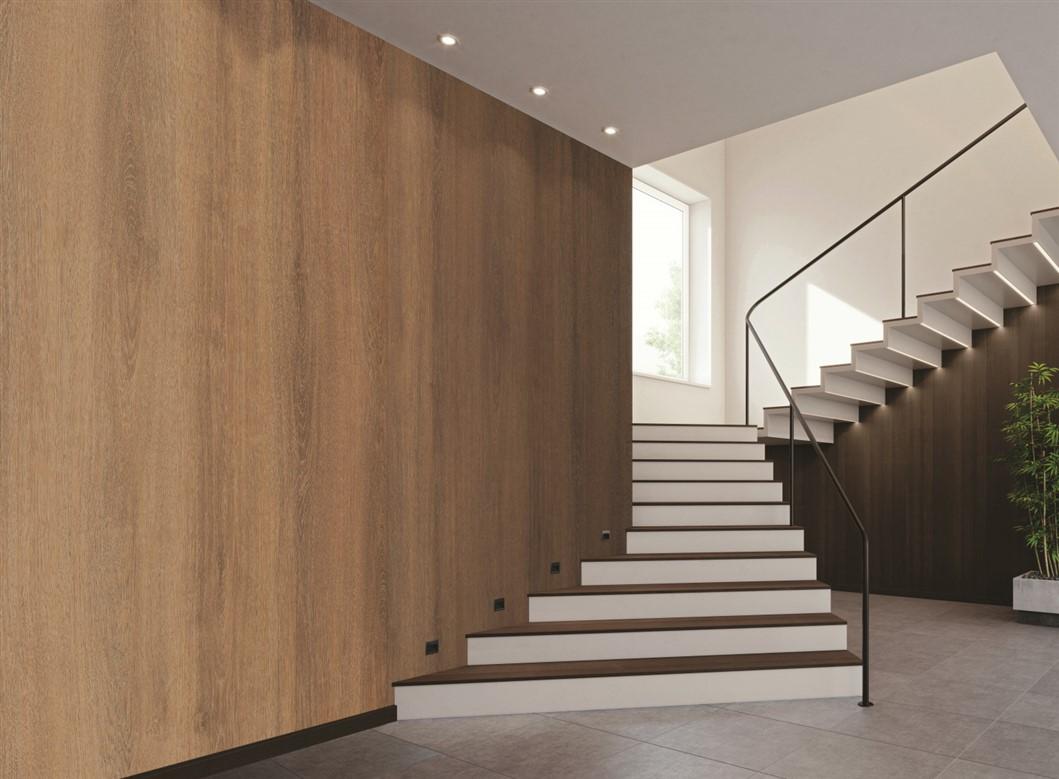 Welkomshal voorzien van LG Interieurfolie Hout