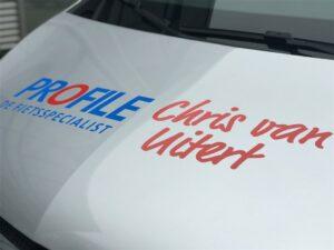 Close-up van belettering op voorkant van bedrijfswagen