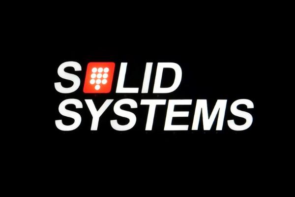 Wit verlichte doosletters voor Solid Systems in het donker