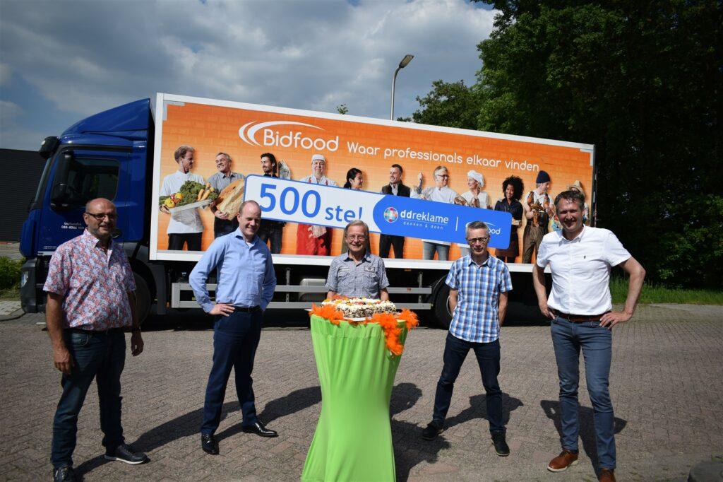 Afvaardiging van Bidfood met contactpersonen ddreklame voor 500ste vrachtwagen