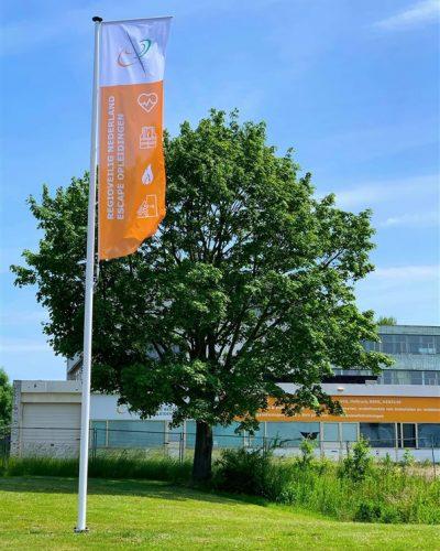 Oranje met witte banier aan voorzijde pand Regioveilig Nederland