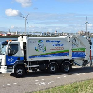 Blauw met groene belettering op witte vuilniswagen