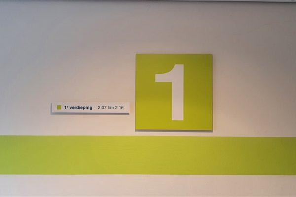 Geel met witte wandborden en gele wandvisual op verdieping 1