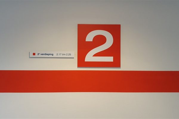 Rood met witte wandborden en rode wandvisual op verdieping 2