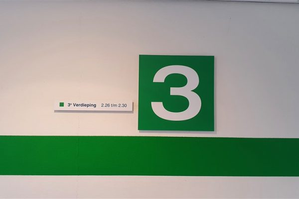 Groen met witte wandborden en groene wandvisual op verdieping 3