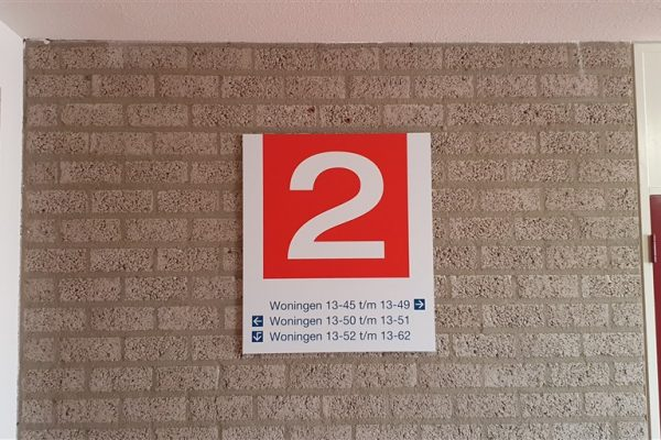 Rood met wit wandbord als aanduiding van verdieping 2