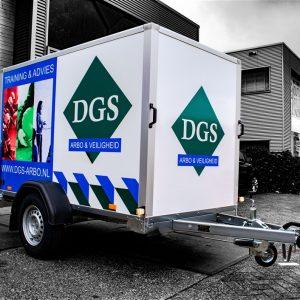 Groen met blauw beletterde aanhanger DGS