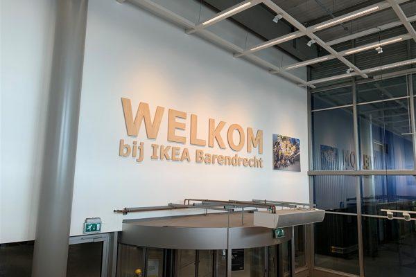Houten freesletters in de tekst 'Welkom bij IKEA Barendrecht'