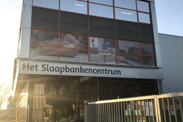 Zij aanzicht van visuals op raampartij Slaapbankencentrum.nl