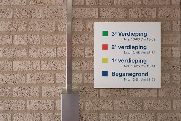 Wandbord met informatie indeling verdiepingen bij Woonzorg Nederland
