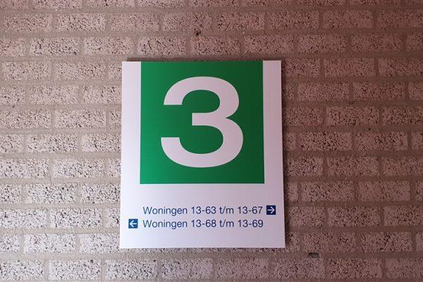Groen met wit wandbord als aanduiding van verdieping 3