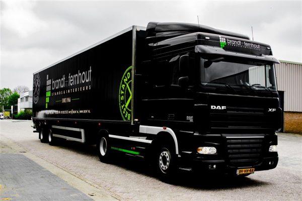 Zwart met groene vrachtwagenreclame